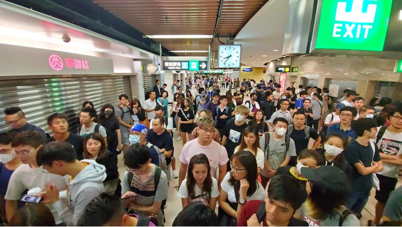 由香港網友號召下午五時於尖沙咀集會,不少商店已提前打烊。(星島網資料照片)