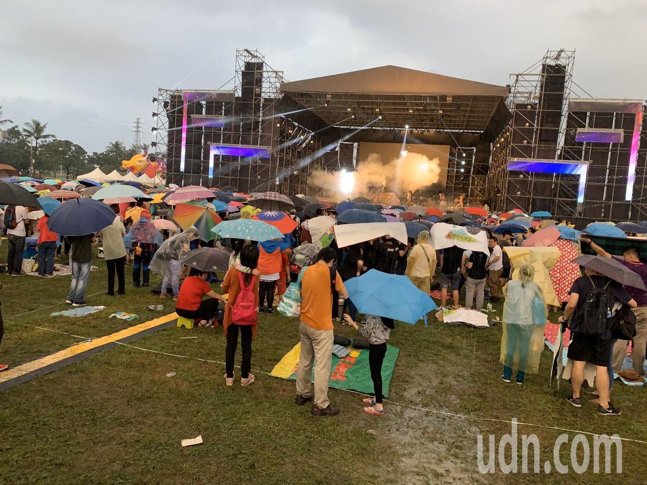 國慶焰火今晚在屏東登場,未料下午下起大雨。記者翁禎霞/攝影
