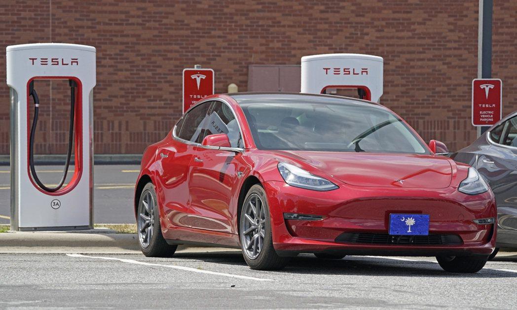 特斯拉急籲加州車主趕緊充飽電力,以免受加州大停電影響。(圖/美聯社)