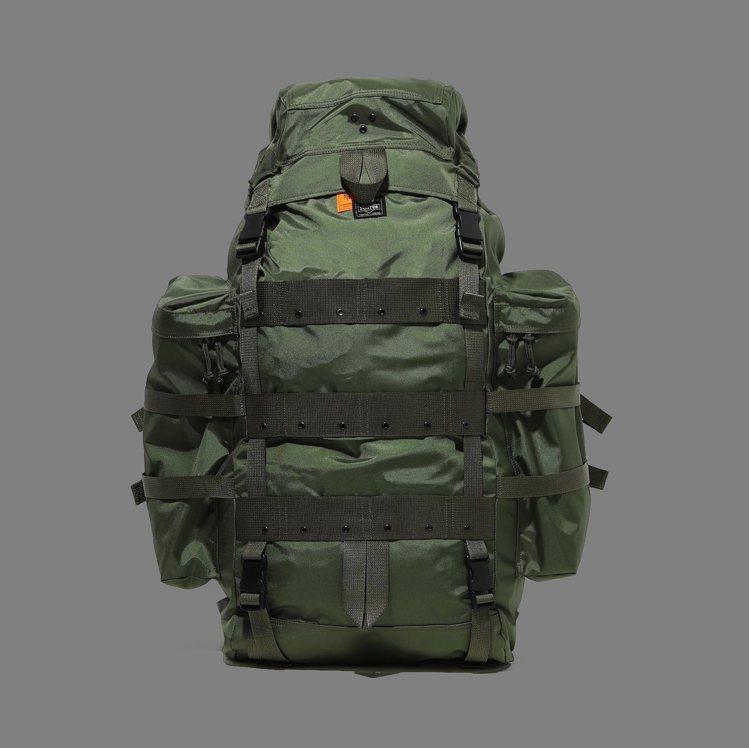 YOSHIDA PORTER與MADNESS聯名系列小型後背包,22,000元。...