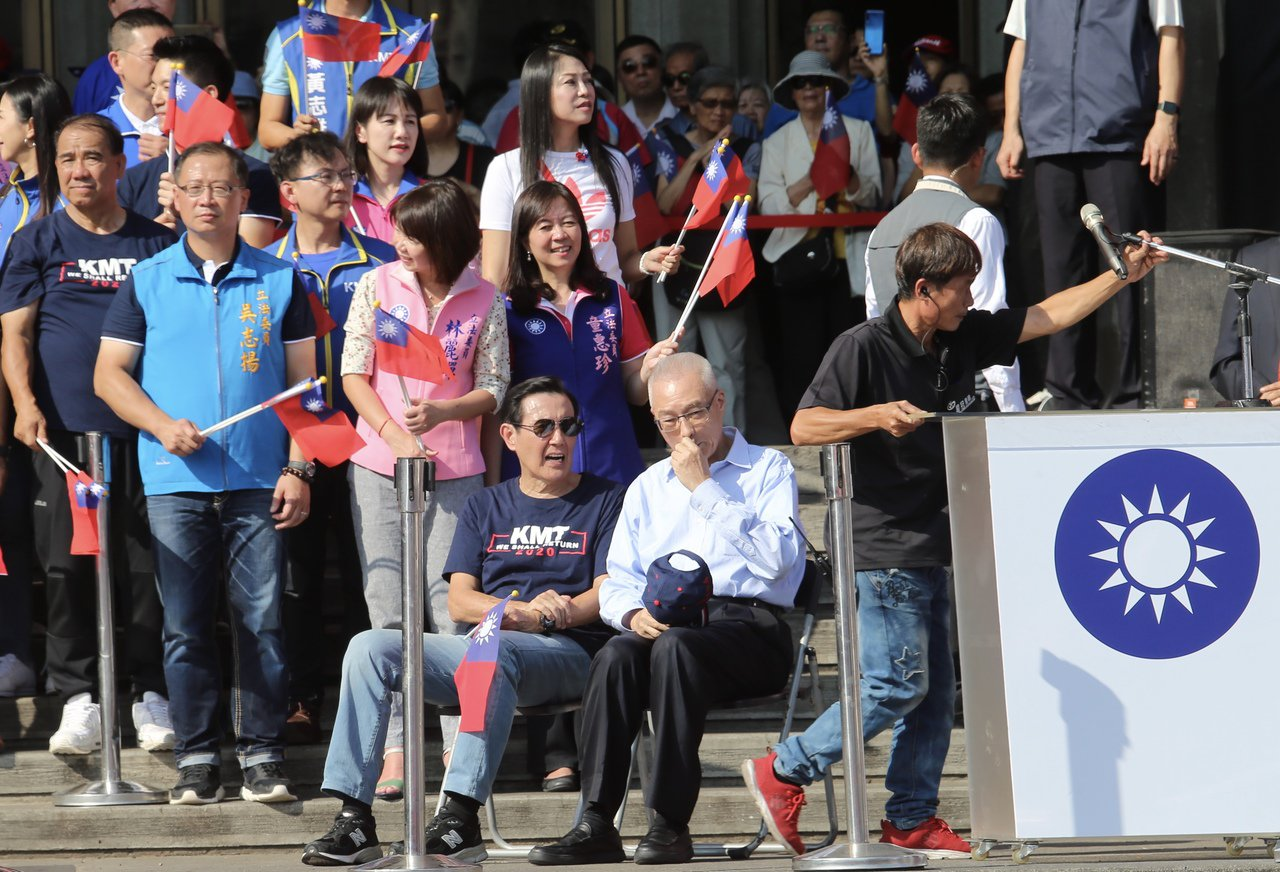 國民黨與松濤社舉辦「愛國旗愛國家國慶大會」,李佳芬因沒趕上高鐵遲到約一個小時,錯...