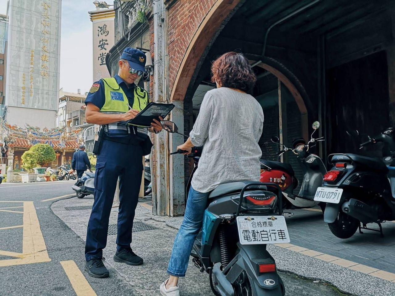 新的交通法規於10月1日上路,取締項目包含騎乘電動自行車未戴安全帽、超速、擅自改...