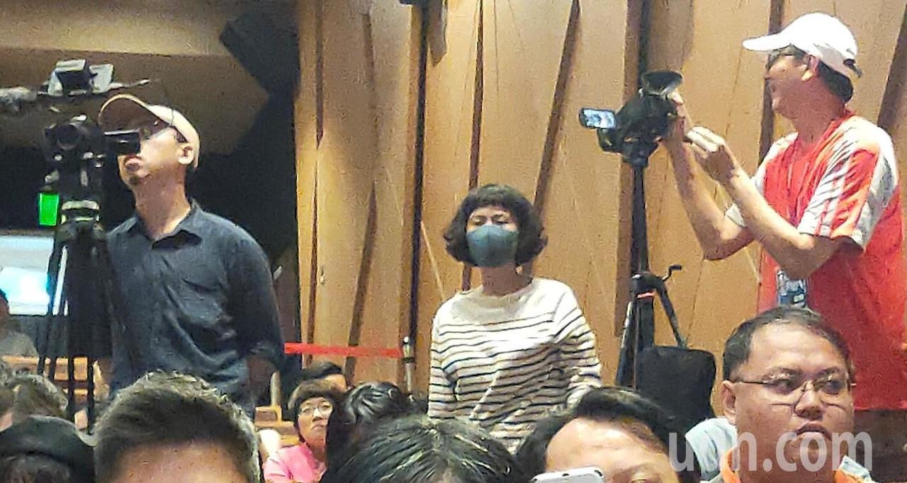 高雄市長韓國瑜在高雄電影節開幕式上致詞到一半,後排一位女性觀眾突大聲質問「開幕片...
