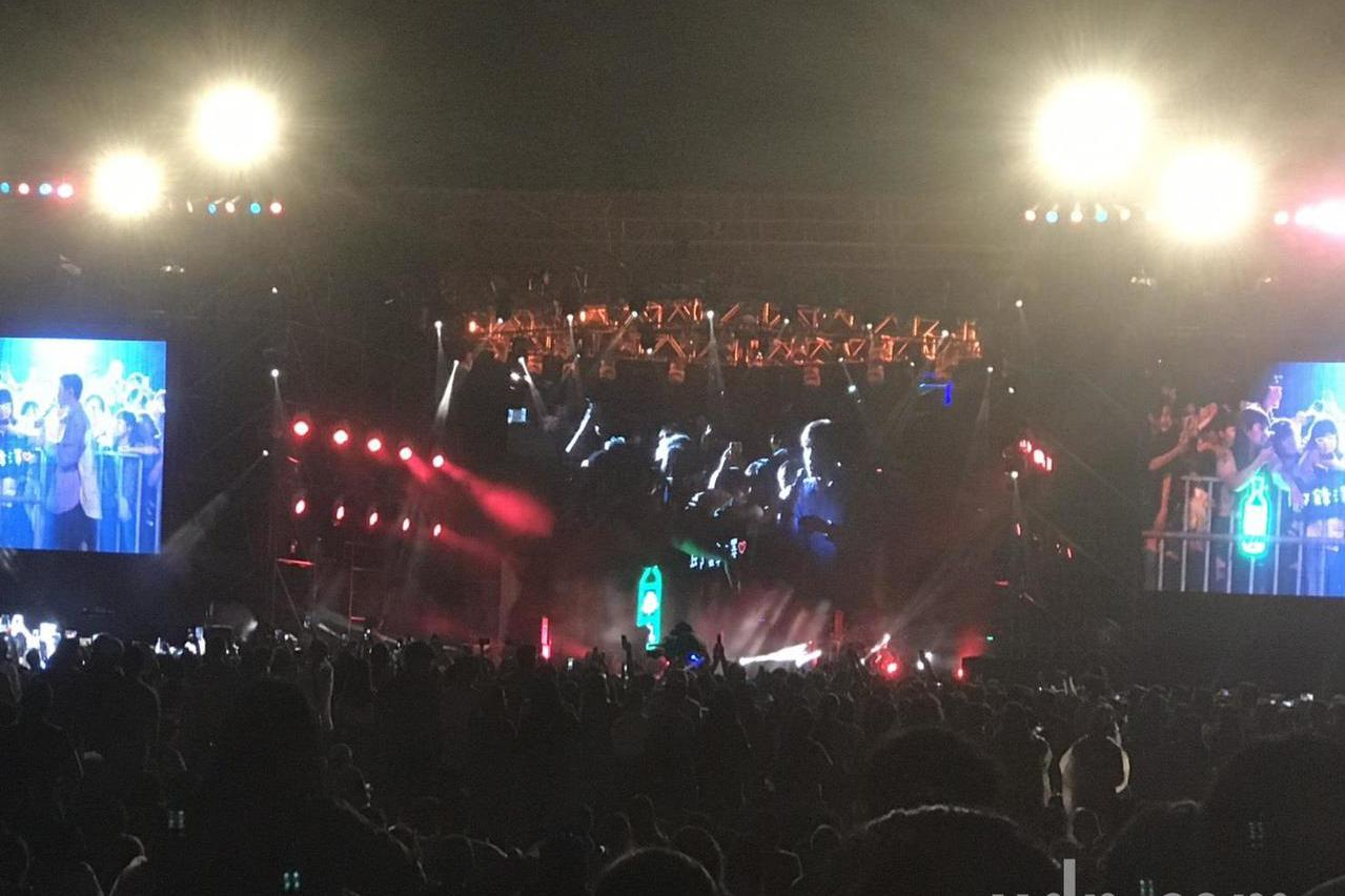 感動!高雄觀眾坐草地聽音樂 準備迎接國慶焰火