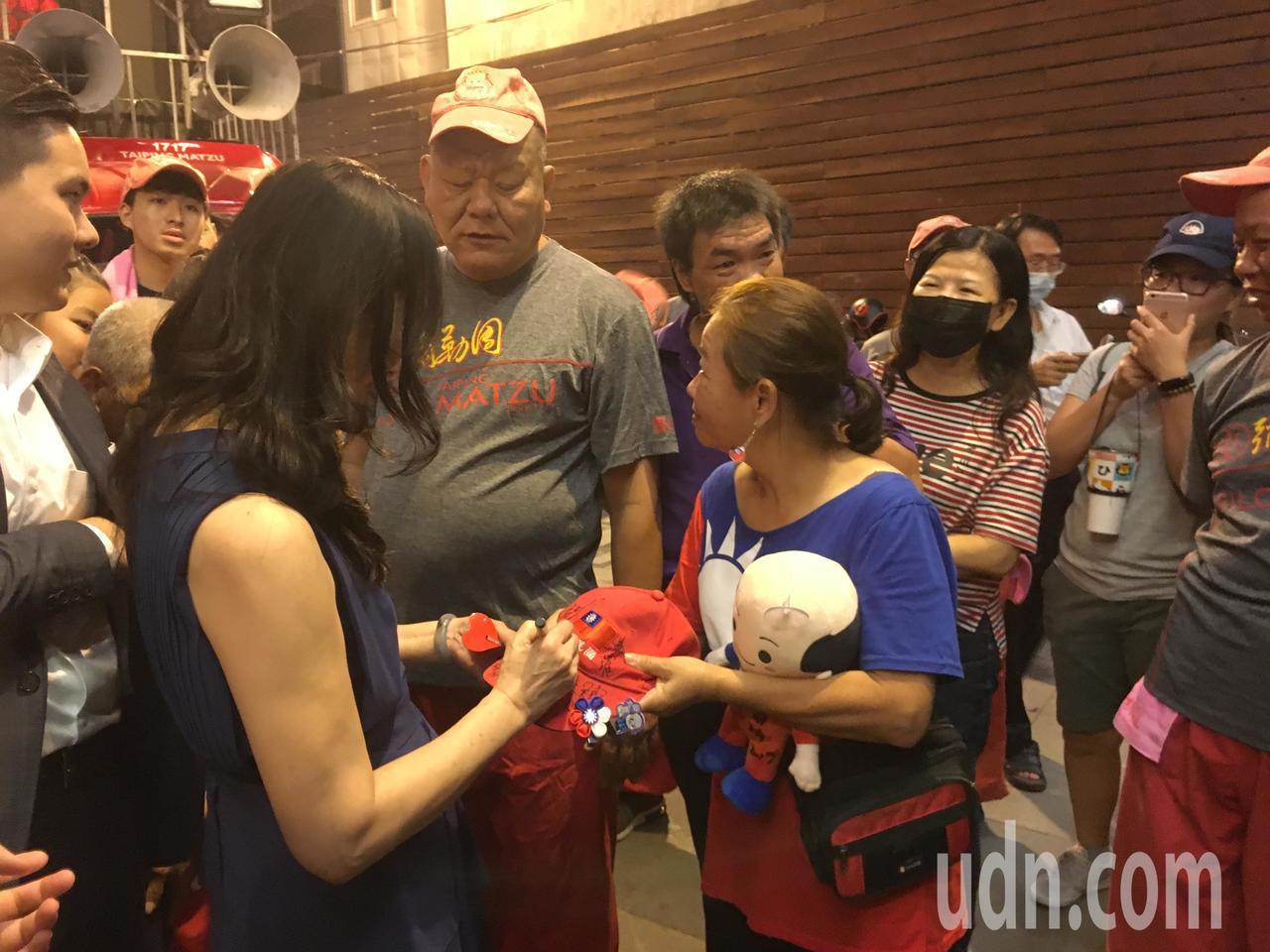 國民黨總統參選人韓國瑜夫人李佳芬(左一)今天傍晚回到娘家雲林,她與參選台中第一選...