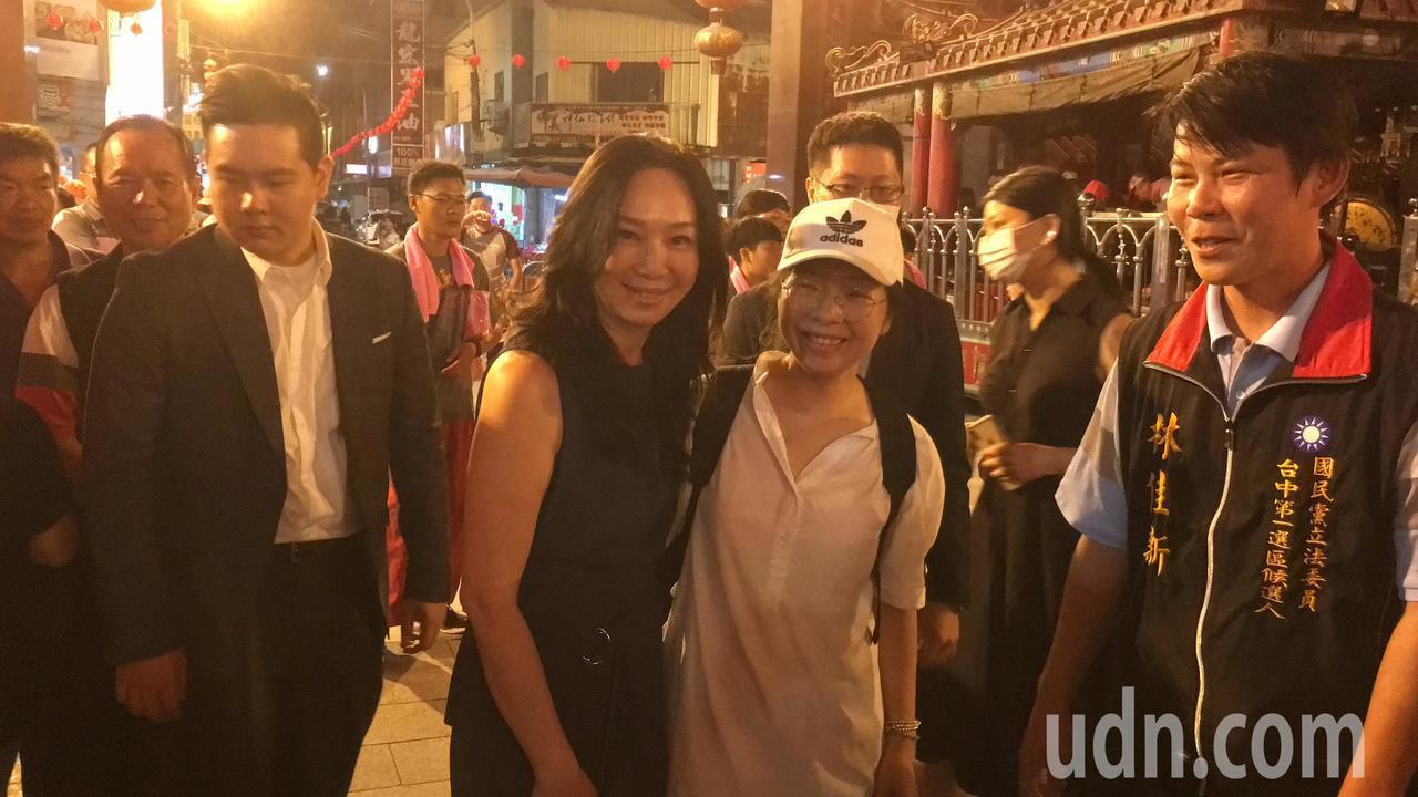 國民黨總統參選人韓國瑜夫人李佳芬(右三)今天傍晚回到娘家雲林,她與參選台中第一選...
