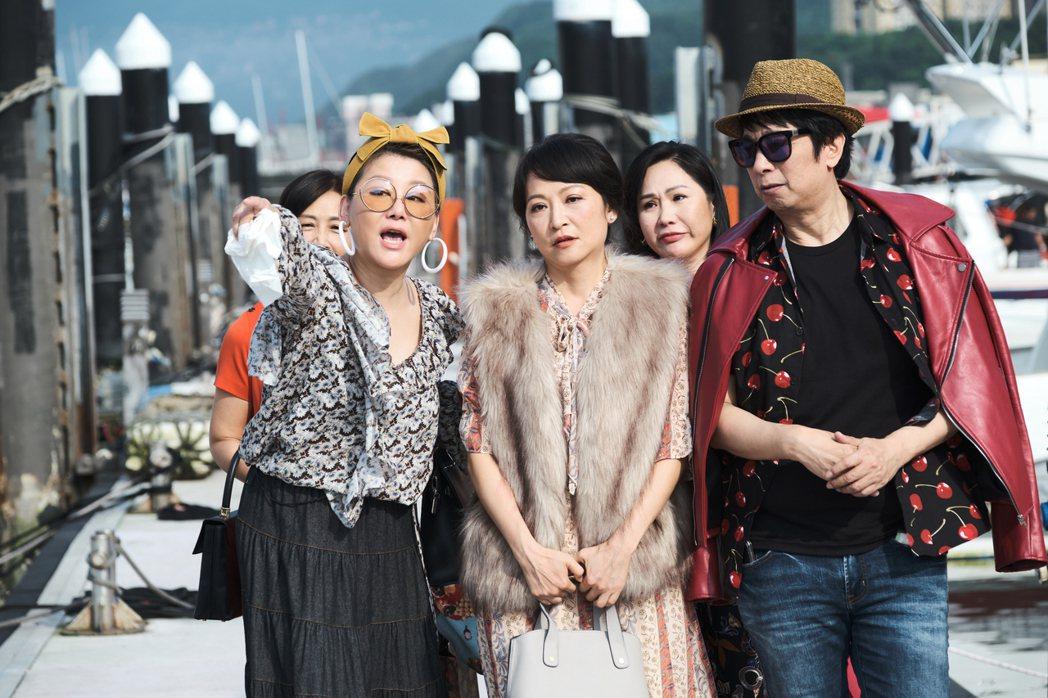 藍心湄(左)、曹西平在戲中和閨蜜團搭遊艇出遊。圖/拙八郎提供
