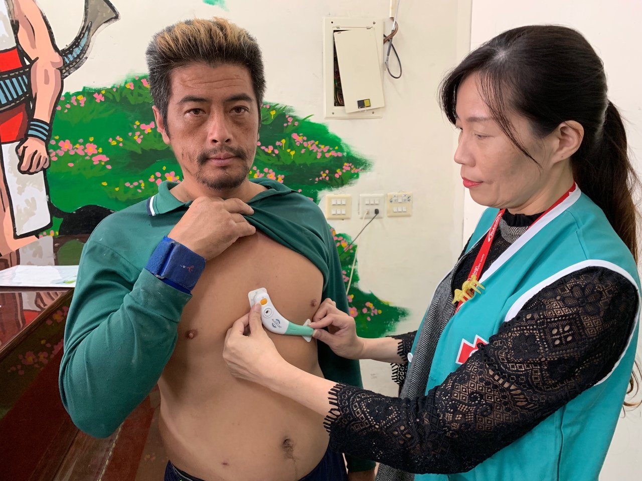 馬偕醫院將可偵測心臟衰竭、心血管疾病的穿戴裝置帶上尖石鄉。記者陳雨鑫/攝影