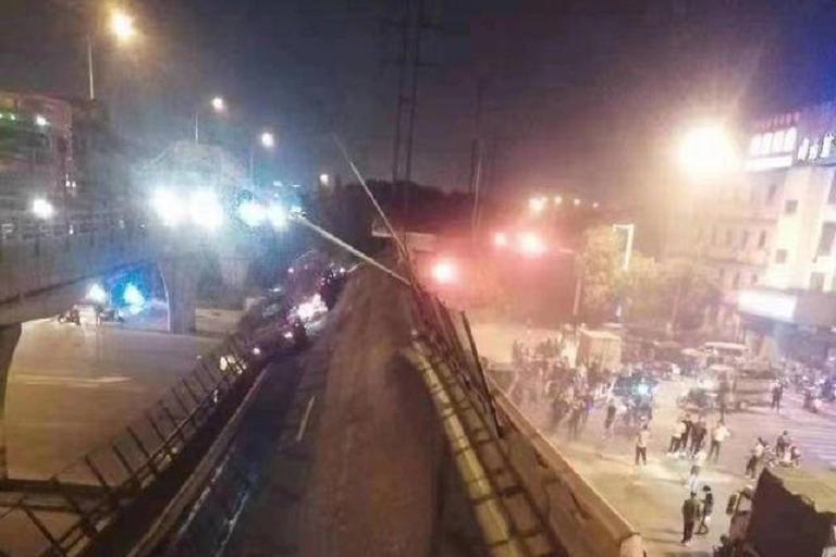 江蘇無錫一高架橋坍塌 多輛小型轎車被壓