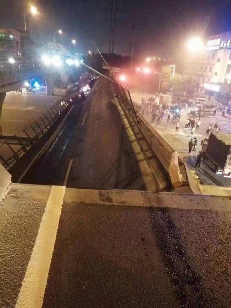 江蘇省無錫市一座高架橋10日晚間六時半發生坍塌,除一輛載著鋼卷的貨車掉下橋之外,...