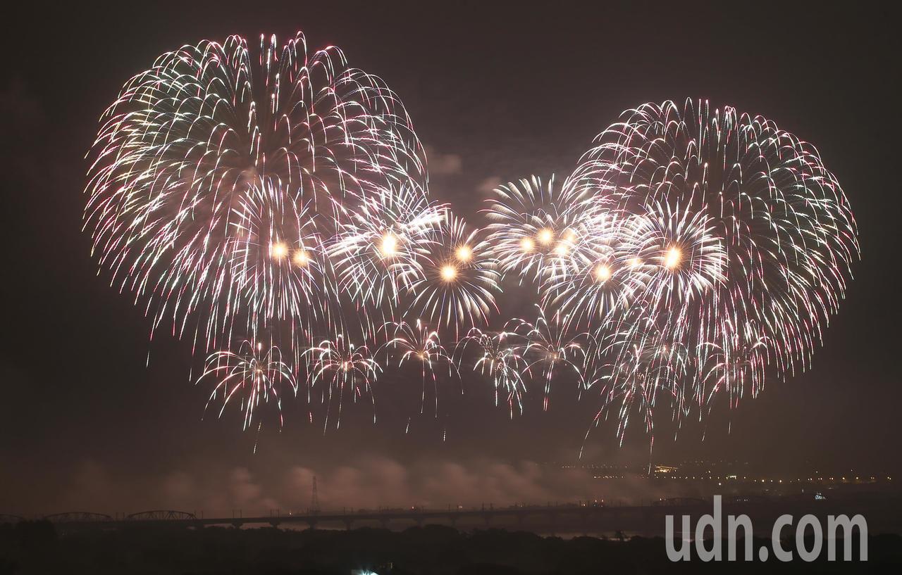 睽違12年國慶焰火再度移師屏東,而今年更創下史上最長紀錄,共施放1萬6280發煙...