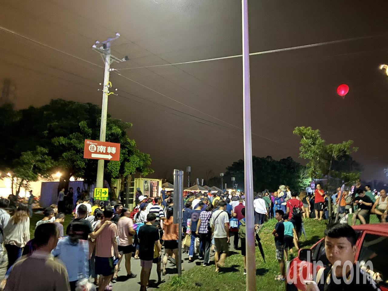 國慶焰火放不到一半,就有不少民眾開始陸續往轉運站方向移動。記者江國豪/攝影