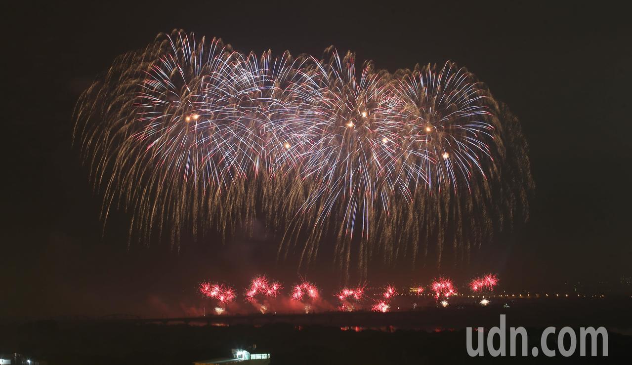 2019國慶焰火今晚八時在屏東河濱公園璀燦施放。記者劉學聖/攝影