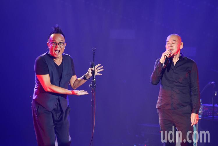 黃大煒晚上在TICC舉行演唱會,他特別邀請導演蔡明亮上台與他一起唱老歌《情人的眼淚》,也感謝張小燕與張艾嘉出席。