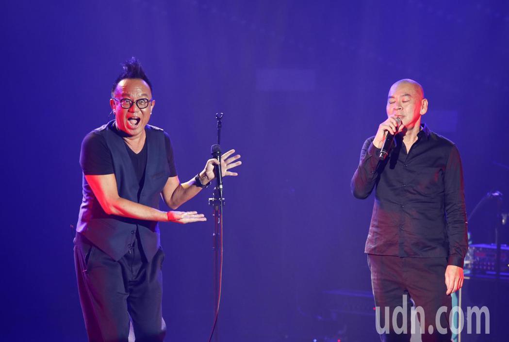 黃大煒(左)晚上在TICC舉行演唱會,他特別邀請導演蔡明亮(右)一起上台唱老歌《