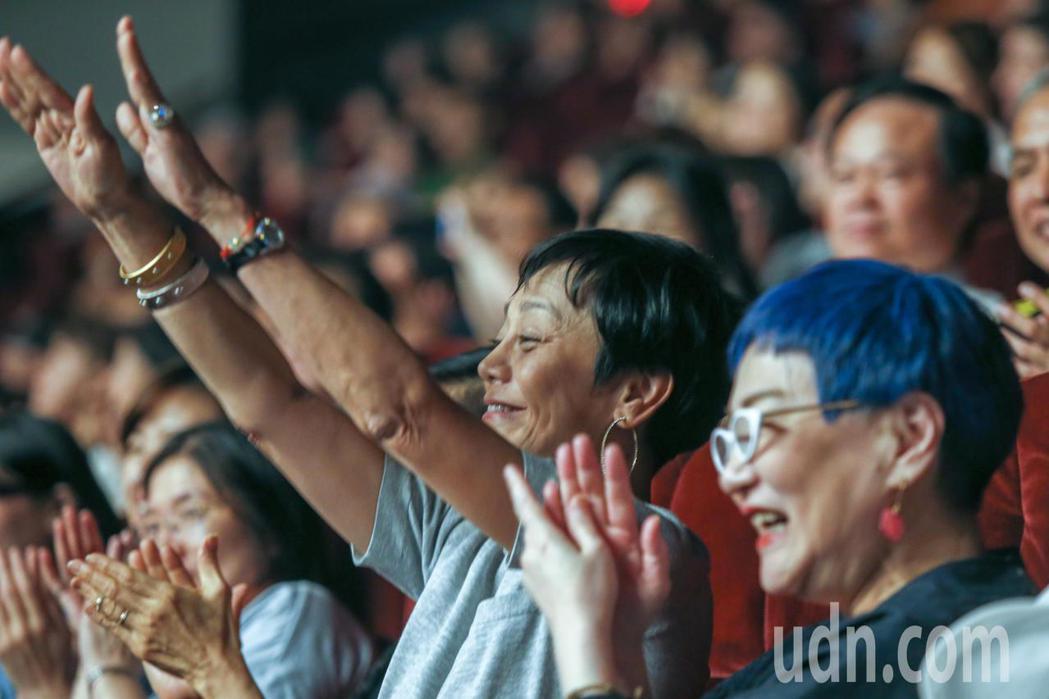 黃大煒晚上在黃大煒晚上在TICC舉行演唱會,他感謝張小燕(右)與張艾嘉(左)出席...