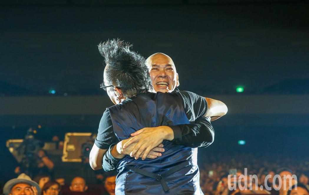 黃大煒(左)晚上在TICC舉行演唱會,他特別邀請導演蔡明亮(右)一起上台唱老歌《...