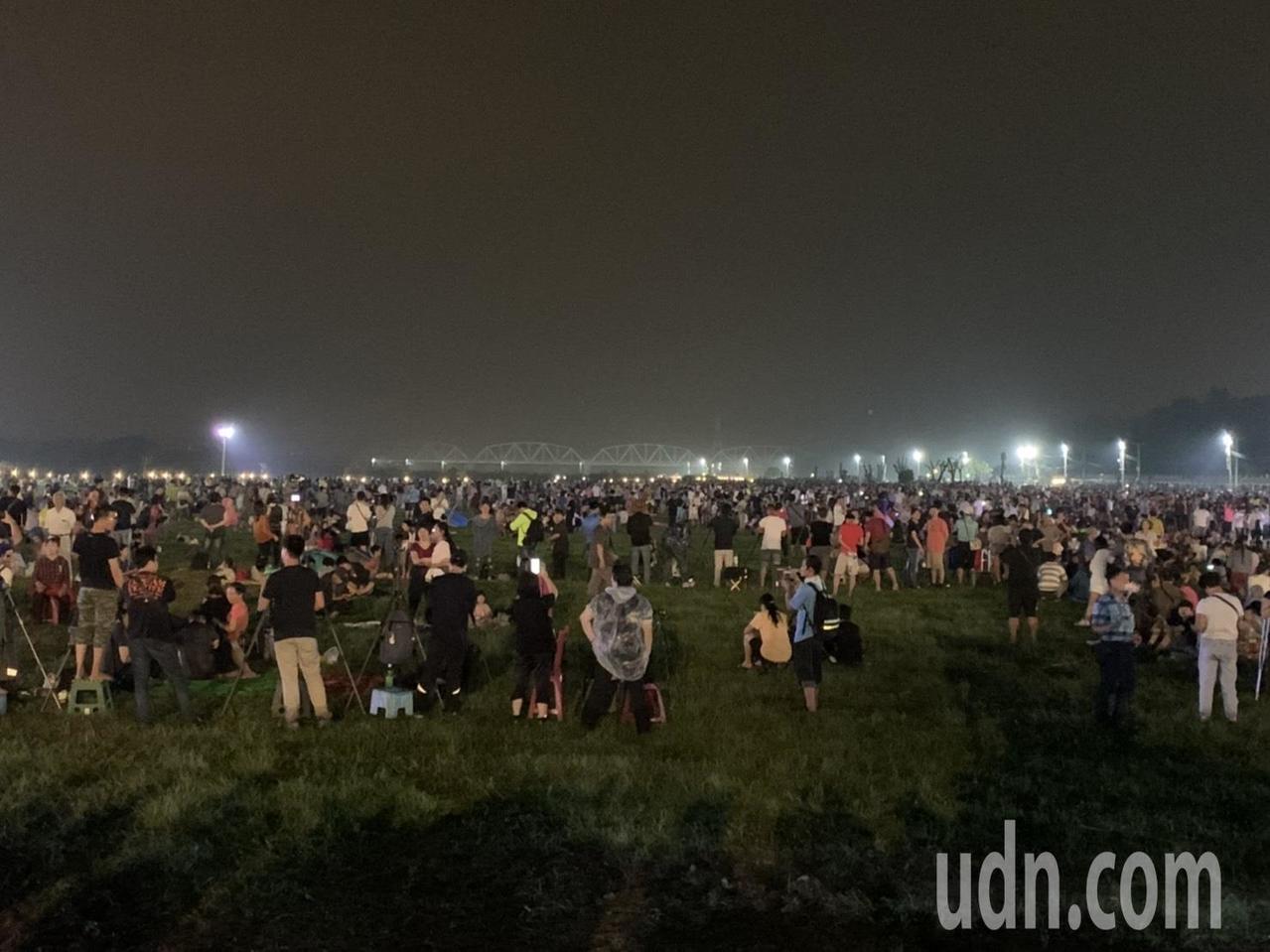 國慶焰火今晚在屏東河濱公園登場,因下午的一場大雨,活動現場泥濘不堪,不過不少民眾...