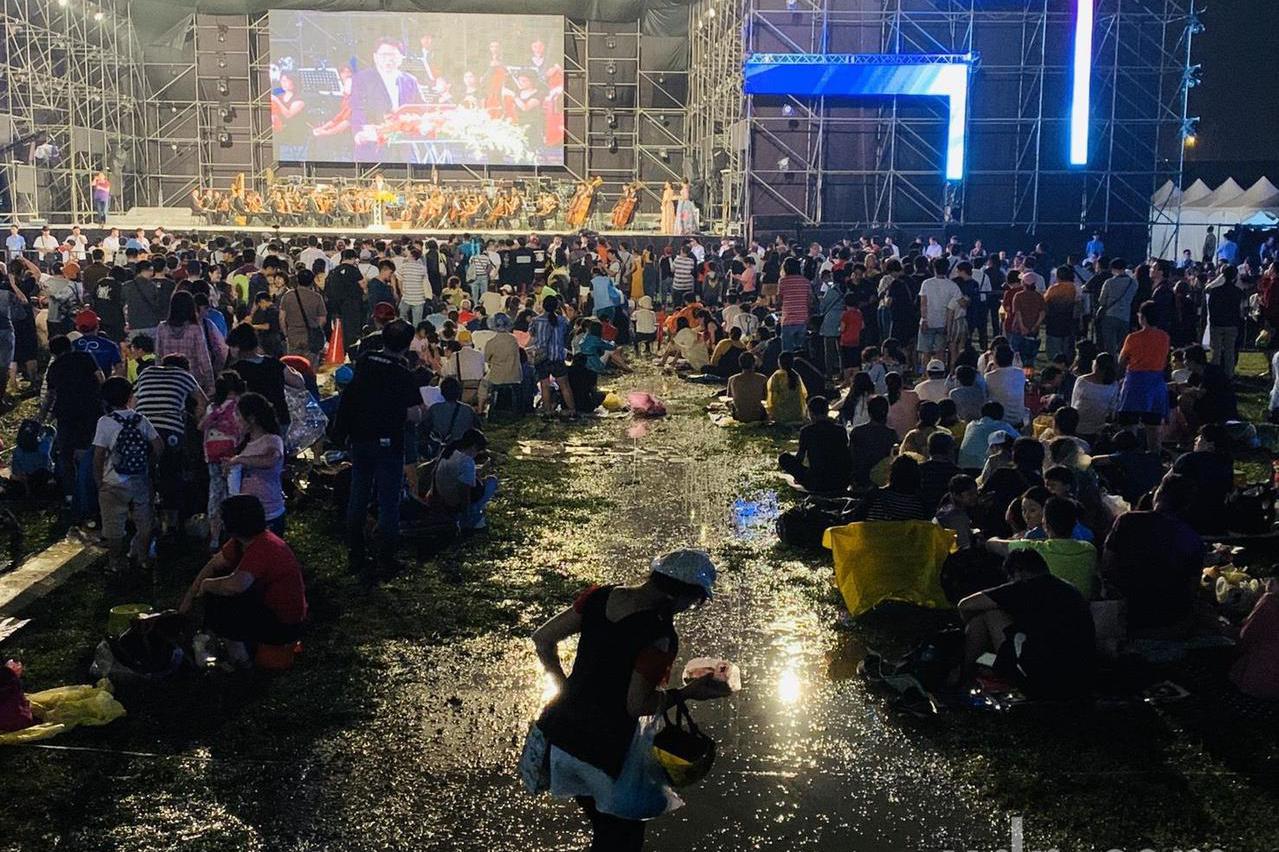 國慶焰火吸引32萬人潮 有人踩著泥巴也要看焰火