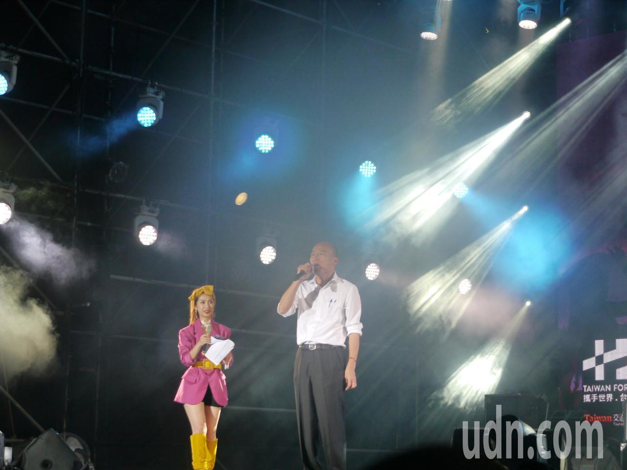 高雄市長韓國瑜(右)出席音樂會,與現場觀眾一起觀看國慶焰火。記者徐白櫻/攝影