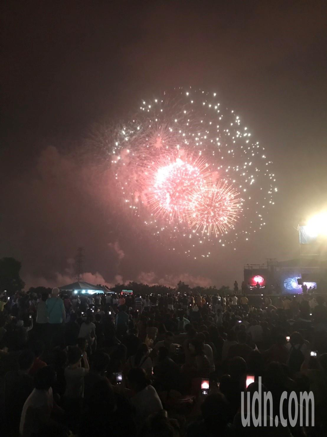 高雄市府在大樹舊鐵橋溼地公園舉辦音樂會,主辦單位宣稱現場人數達13萬人。記者徐白...