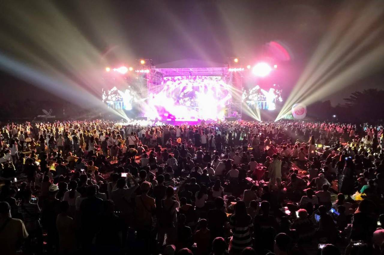 不輸屏東!13萬人在高雄舊鐵橋草地欣賞焰火