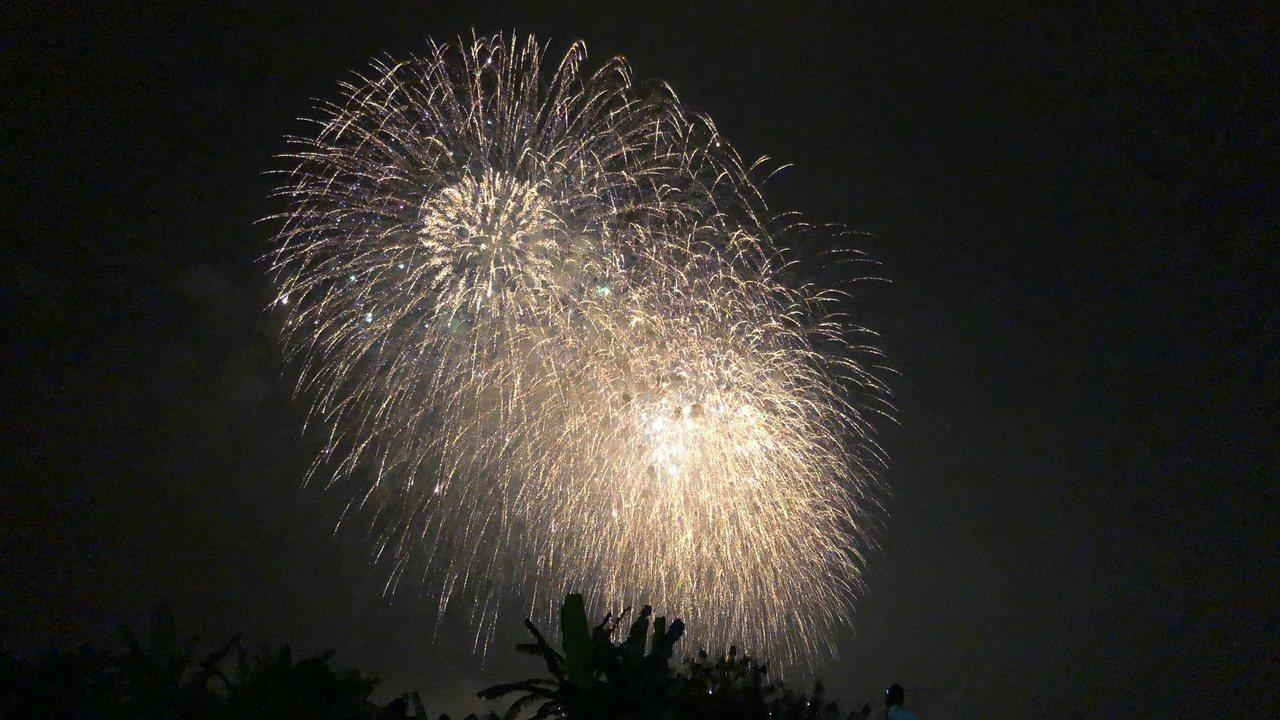 在舊鐵橋音樂會上觀看國慶焰火景觀。圖/市府觀光局提供
