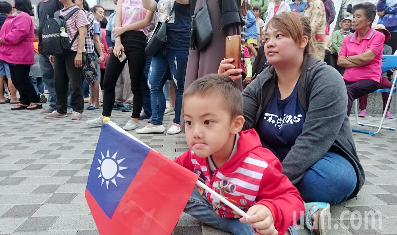 池上鄉地方各界動員舉辦國慶遊行活動,吸引許多民眾自發參與。記者羅紹平/攝影