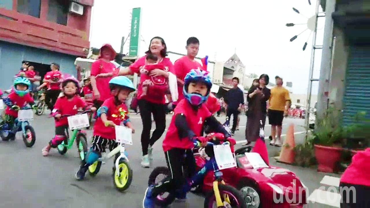 池上鄉幼童騎小單車參加鄉內國慶遊行,萌樣相當可愛。記者羅紹平/攝