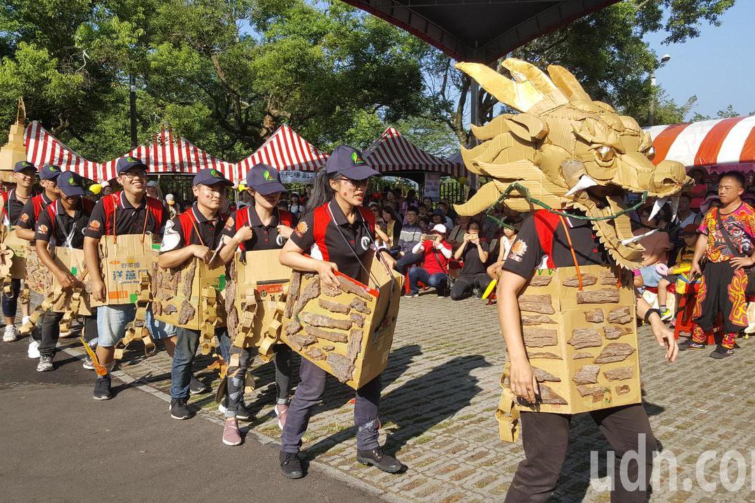 影/三義木雕節國慶日開幕 踩街花團錦簇