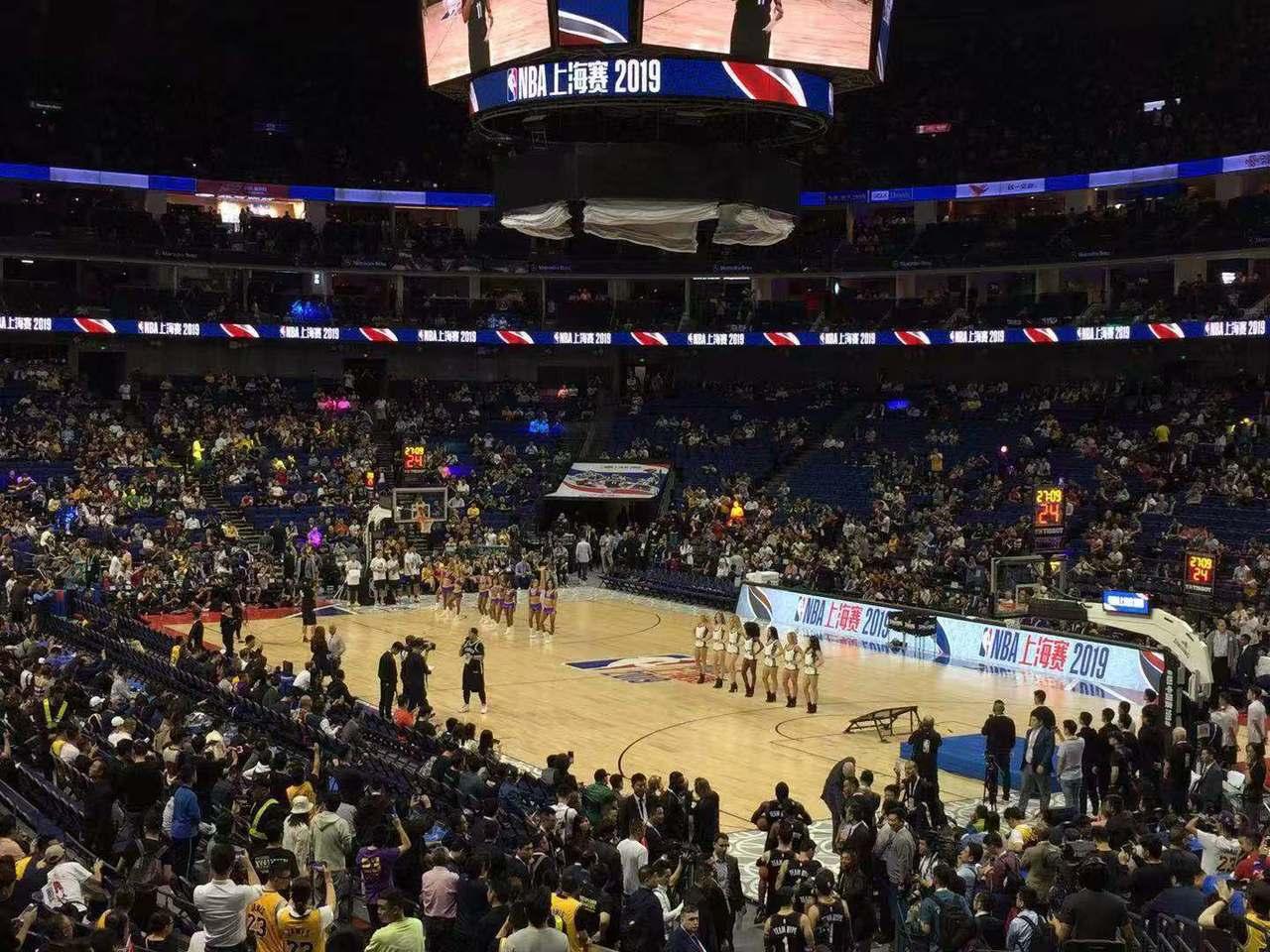 NBA中國賽首戰湖人VS籃網10日晚間在上海開賽,球迷「錢花了」,進場看球幾乎坐...