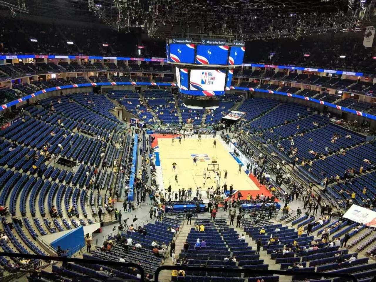 NBA中國賽首戰湖人VS籃網10日晚間在上海開賽,開賽前一小時人潮還冷冷清清。圖...