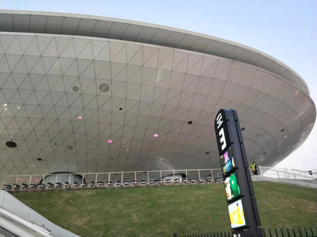 NBA中國賽首戰湖人VS籃網10日晚間在上海開賽,在比賽場地上海梅賽德斯賓士文化...