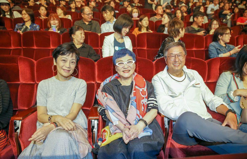 張艾嘉(左起)、張小燕與王偉忠台下欣賞黃大煒的演出。記者鄭超文/攝影