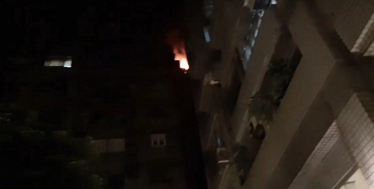 台北市林口街一棟社區大樓發生火災,上百名住戶倉惶疏散,消防隊趕到撲滅火勢。記者李...