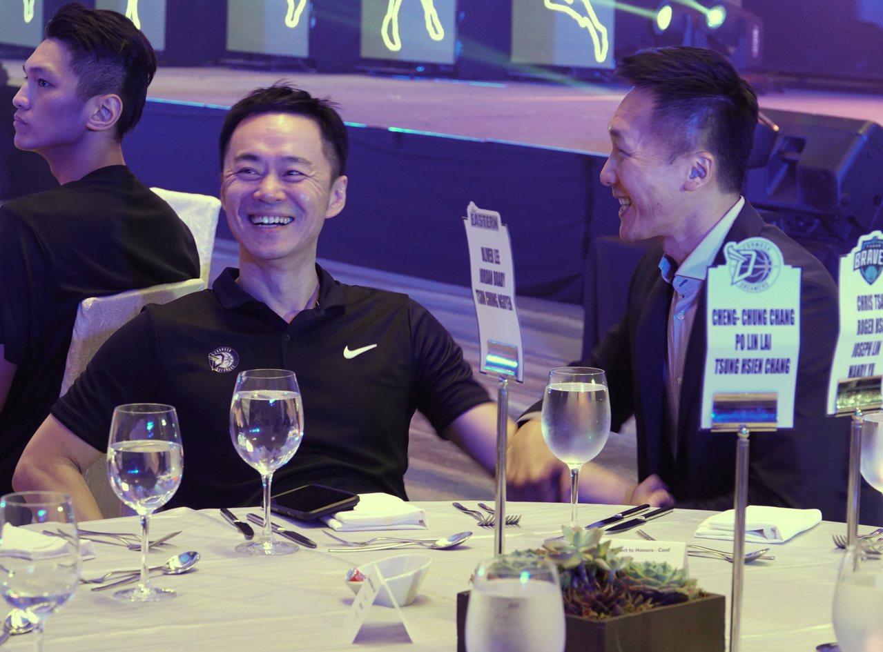 夢想家隊董事長張承中(左)與富邦隊總教練許晉哲記者會前相談甚歡。記者毛琬婷/攝影