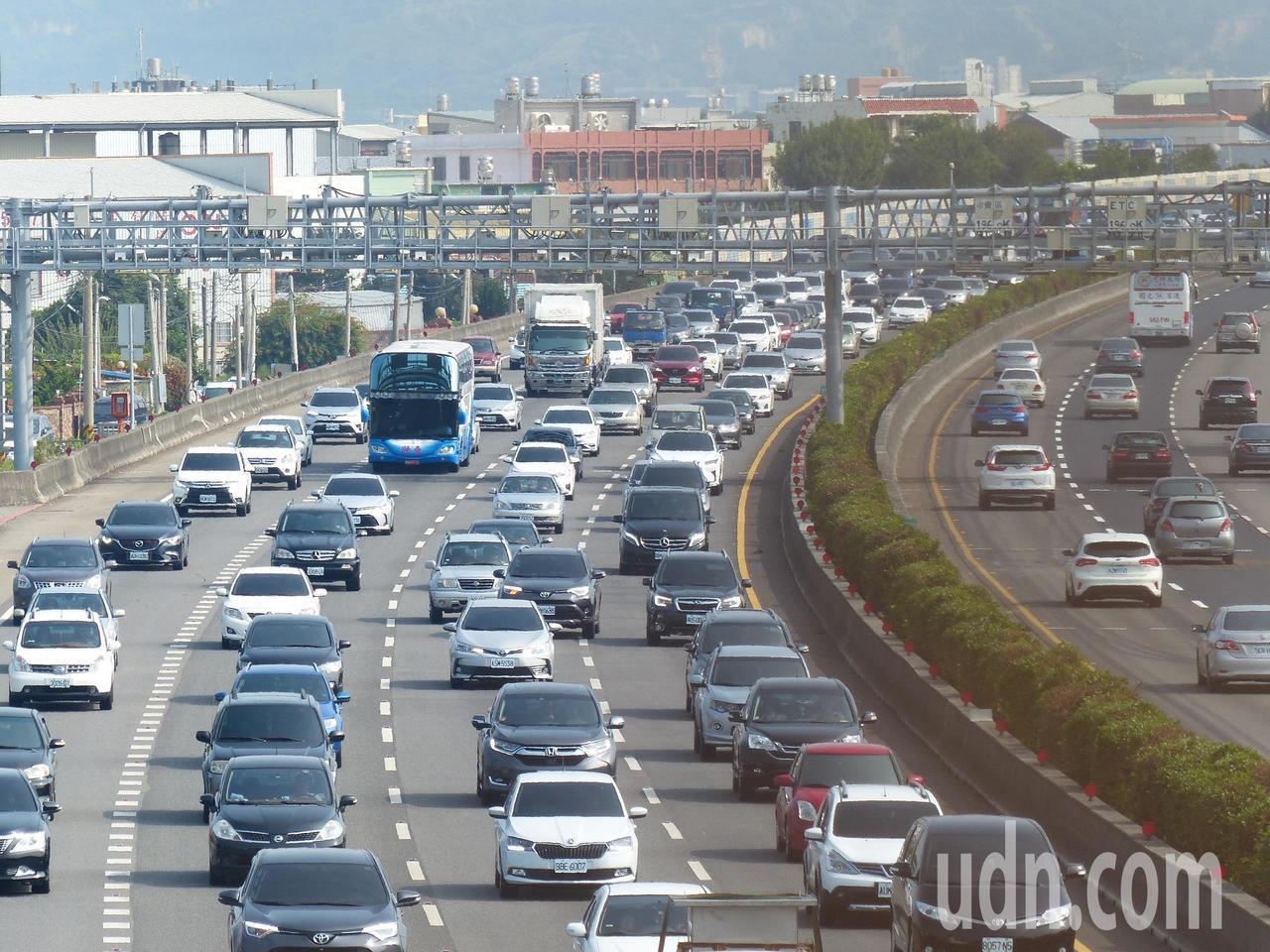 國道中部路段南下一大早才8點出頭,就湧進大量車流,王田交流道到彰化交流道間路段時...