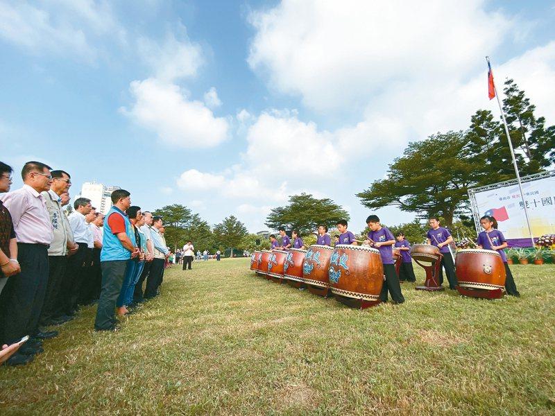 台南市政府昨舉辦升旗典禮,邀請石門國小戰鼓隊表演。 記者鄭維真/攝影