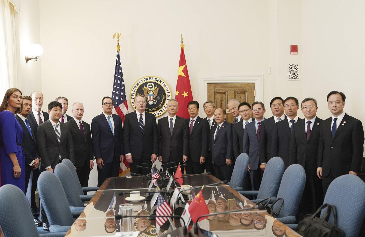 中國國務院總理劉鶴(中)10日率團在華府與美國貿易代表賴海哲(左八)、財政部長米...