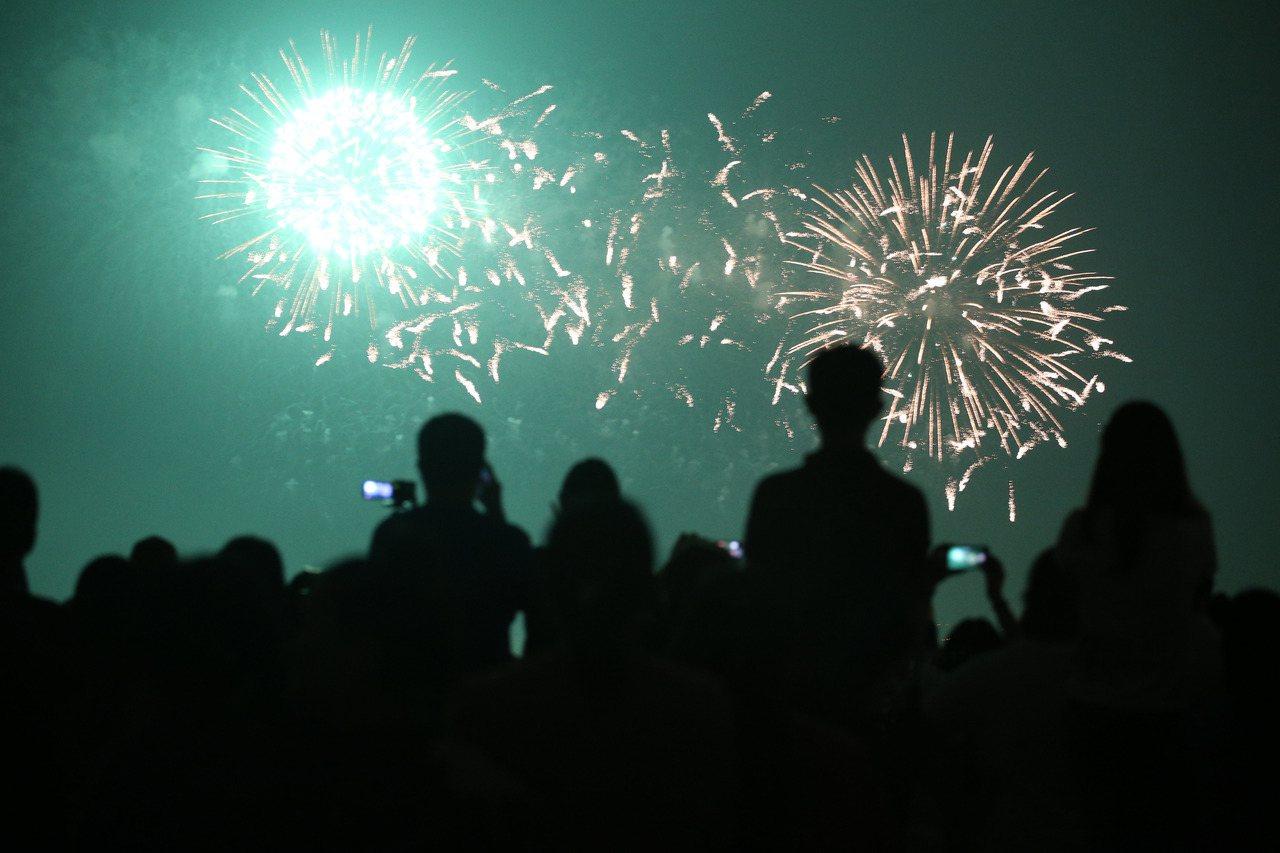 國慶焰火昨天在高屏溪屏東河濱公園施放,長達42分鐘,璀璨煙火在高屏夜空綻放,讓上...