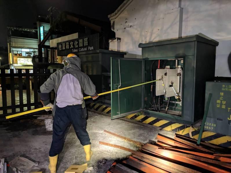 雲林縣斗南火車站商圈今天晚上7點左右突然停電,台電人員檢查發現,是有貓誤闖電力開關箱觸電,引發故障停電。圖/民眾提供