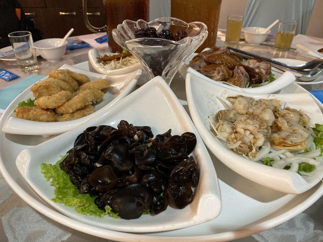 傳統冷盤以「賣菜郎選總統」為菜名,象徵韓國瑜從庶民一路當到北農總經理、高雄市長。...