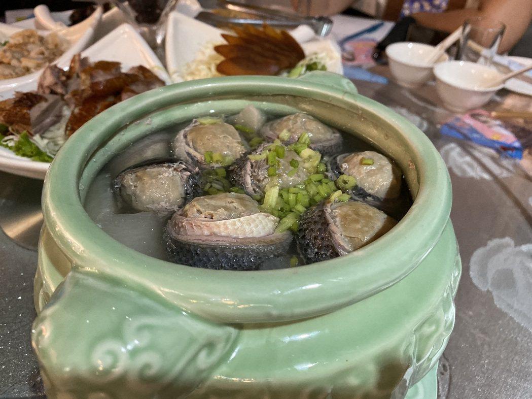 主廚以黑色的虱目魚皮包裹著白色的虱目魚,將料理取名為「禿子跟著月亮走」。記者鄭維...