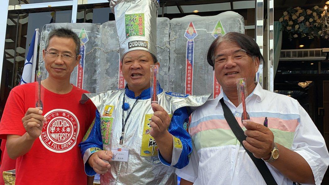 「寒國魚庶民宴」主廚廖盛芳(中)寫了「韓詩三百首」,並製作「穿雲箭」書籤。記者鄭...