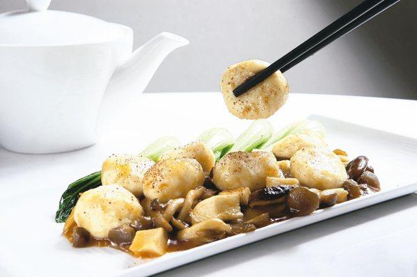 「蝦籽紅燒魚腐」使用草魚與蛋白製作的魚腐入菜,每份480元。 圖/陳睿中