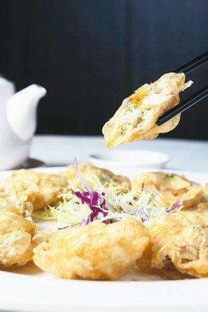鳳城禮記魚翅海鮮酒家的「金錢蟹盒」,外酥內鮮。 圖/陳睿中