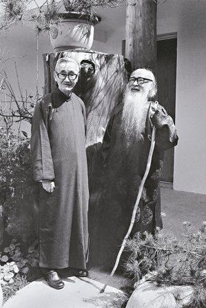 張大千(右)1979年與故宮前副院長莊嚴合影於摩耶精舍前。 陳立凱/攝影   圖...