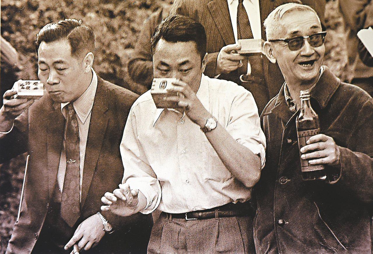 故宮前副院長莊嚴(右一)1973年在故宮現址旁小溪舉辦曲水流觴。 陳立凱/攝影 ...