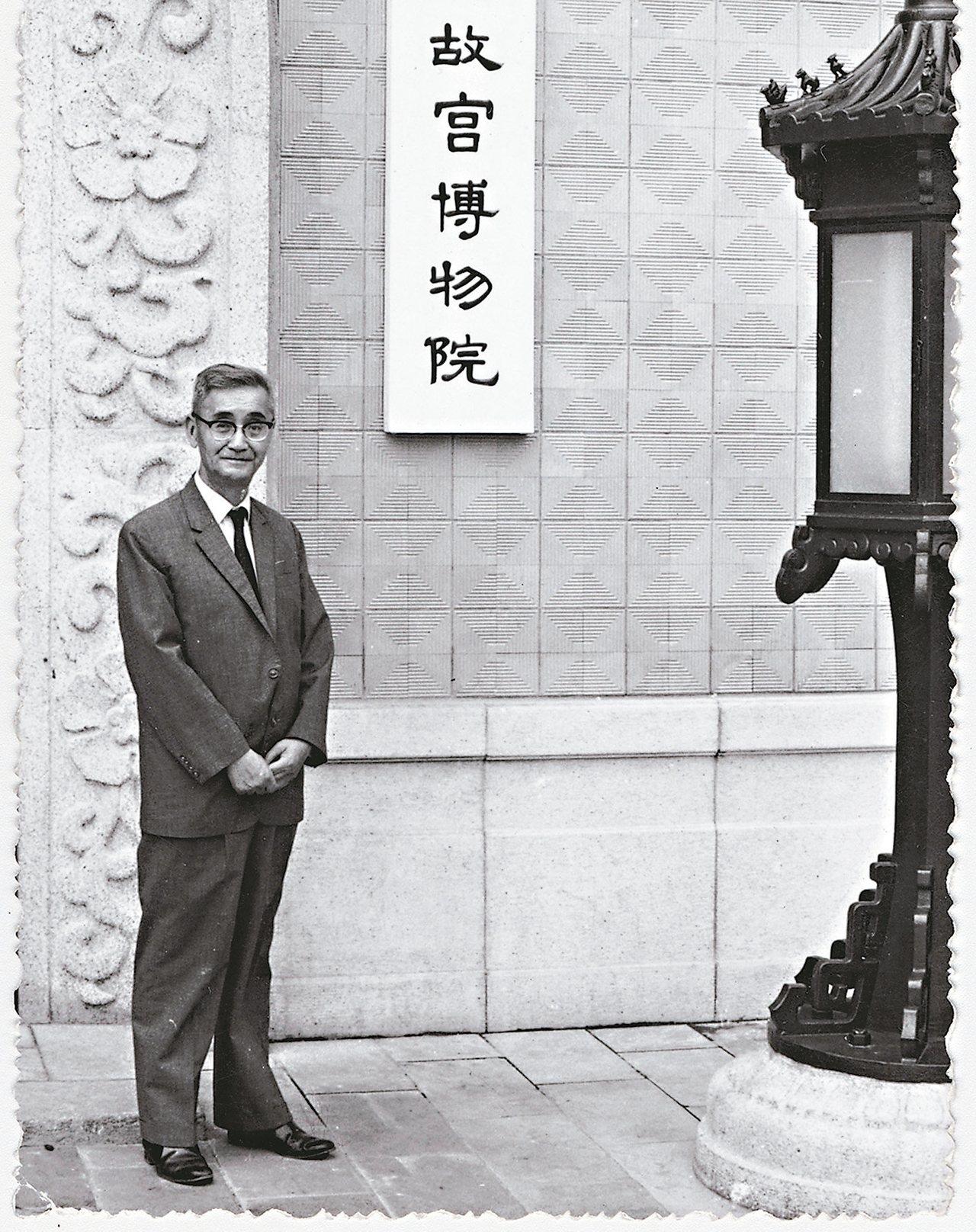 莊嚴在台北故宮門前留影。 陳立凱/攝影 圖/羲之堂提供