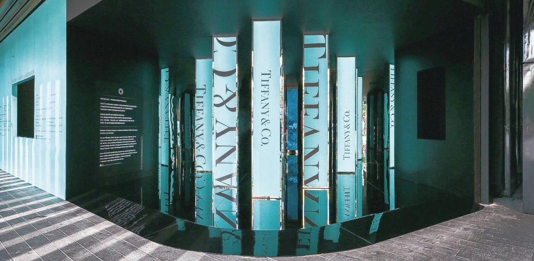 Tiffany匠心妙藝品牌展覽入口,就以招牌的藍色點綴,成為不少人的打卡點。...